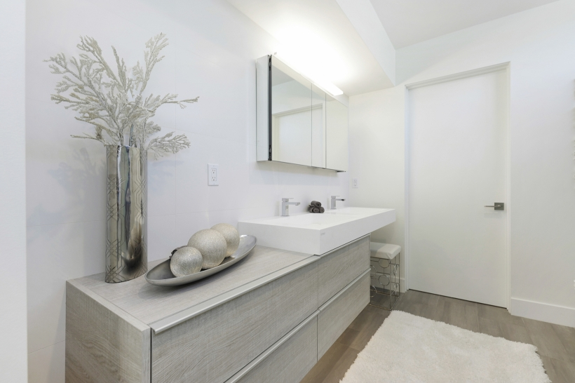 Foxlin-Balboa-Duplex-Newport-Beach-Back-View-of-Bathroom-820x546.jpg