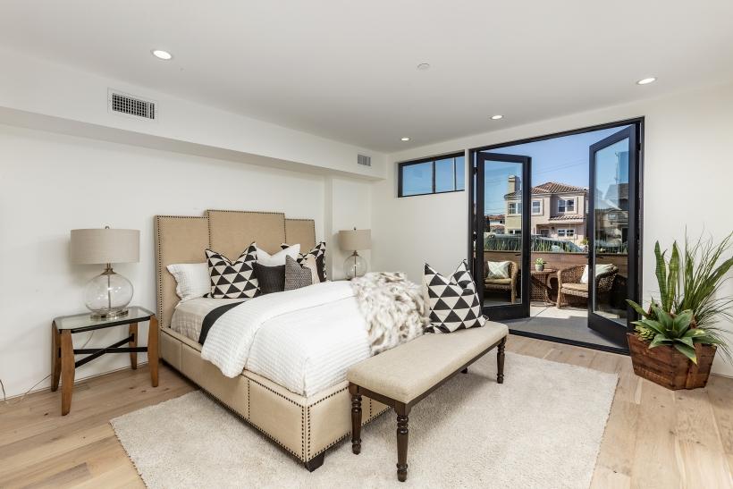 Foxlin-Balboa-Duplex-Newport-Beach-Front-View-of-Bedroom-820x547.jpg