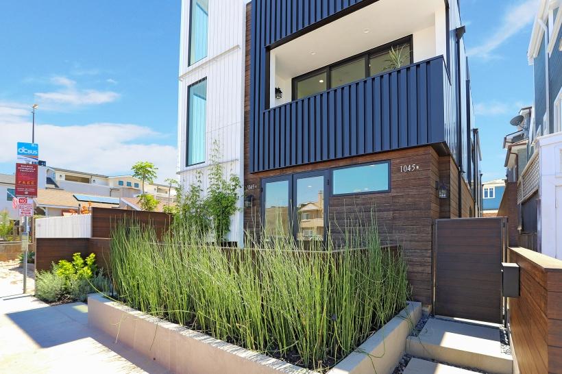 Foxlin-Balboa-Duplex-Newport-Beach-View-of-Exterior-03-820x546.jpg
